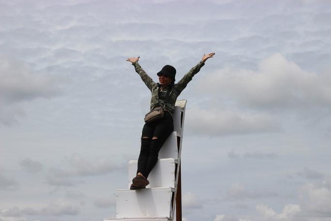 """CLIP: Hàng chục ngàn du khách đến vườn dâu tây """"độc nhất vô nhị"""" ở Cà Mau - Ảnh 11."""