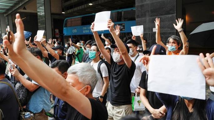 Thanh niên Hồng Kông lái môtô tông cảnh sát bị truy tố theo luật an ninh mới - Ảnh 2.