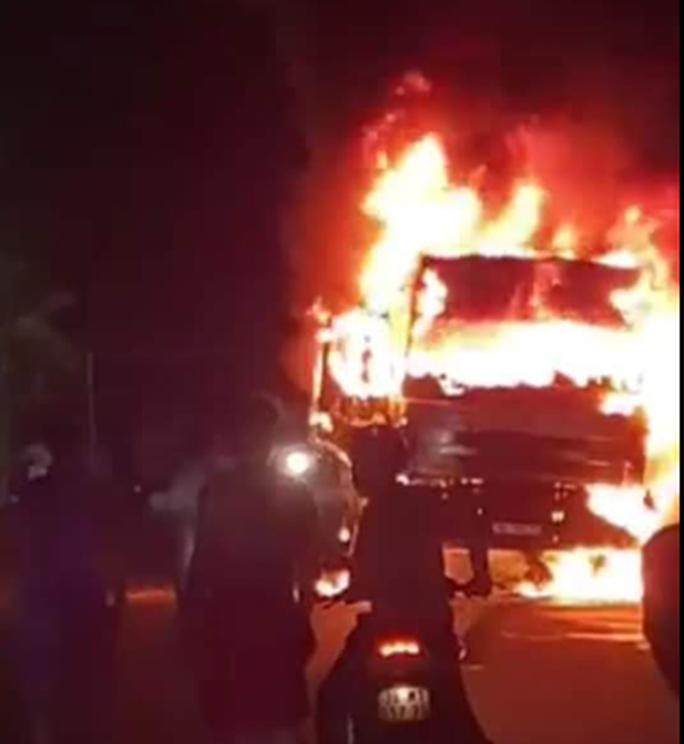 Xe tải bốc cháy ngùn ngụt trong đêm khi va chạm xe máy, 1 người tử vong - Ảnh 1.