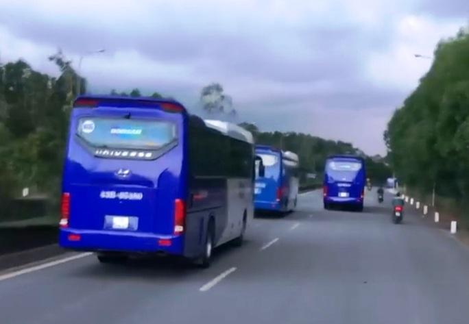 Đoàn xe chở công nhân liên tục cản đường xe chữa cháy - Ảnh 3.