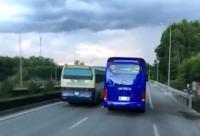 Đoàn xe chở công nhân liên tục cản đường xe chữa cháy - Ảnh 1.