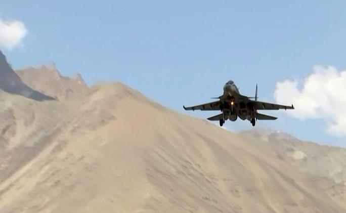 Máy bay Nga, Mỹ đầy căn cứ không quân Ấn Độ giáp biên giới Trung Quốc - Ảnh 1.