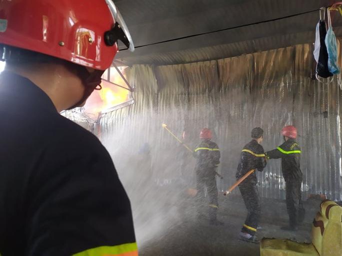 CLIP: Cháy lớn tại kho chứa hàng rộng 2.000 m2 dưới trời nắng chói chang - Ảnh 8.
