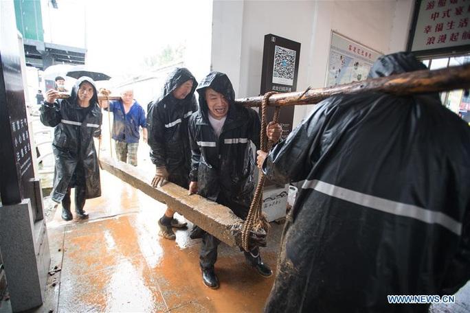Trung Quốc: Mưa lớn xối xả, Vũ Hán mênh mông nước lụt - Ảnh 2.
