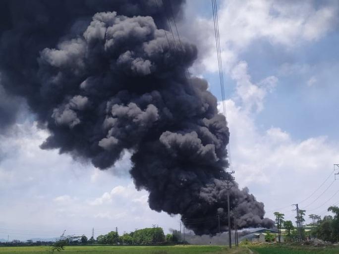 CLIP: Cháy lớn tại kho chứa hàng rộng 2.000 m2 dưới trời nắng chói chang - Ảnh 5.