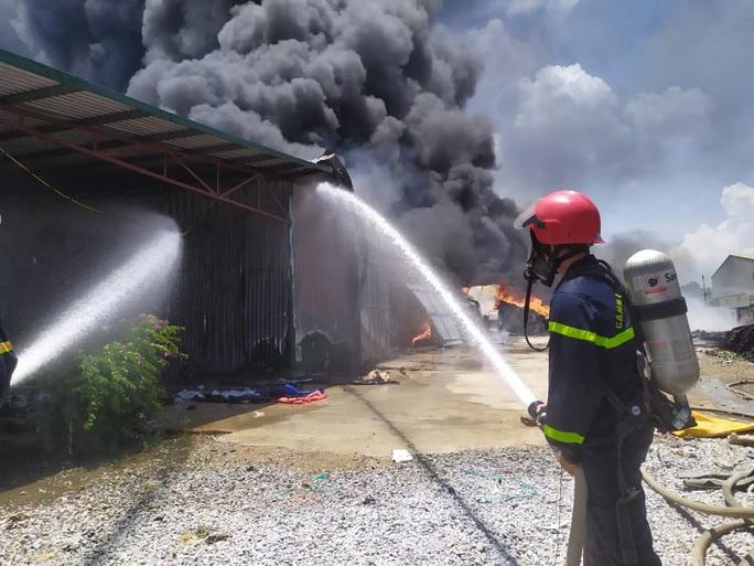 CLIP: Cháy lớn tại kho chứa hàng rộng 2.000 m2 dưới trời nắng chói chang - Ảnh 4.