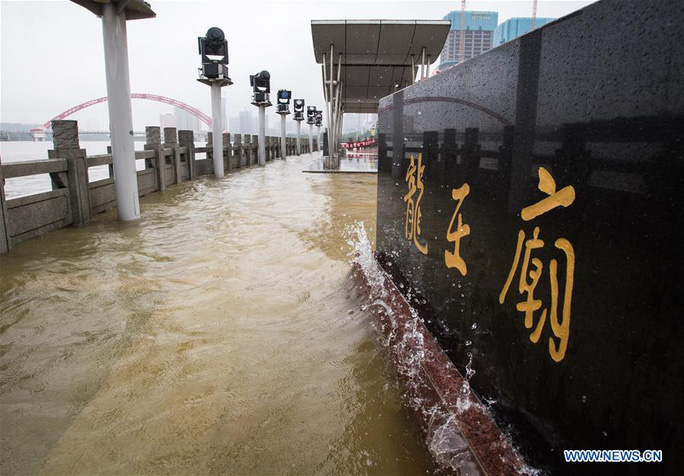 Trung Quốc: Mưa lớn xối xả, Vũ Hán mênh mông nước lụt - Ảnh 3.