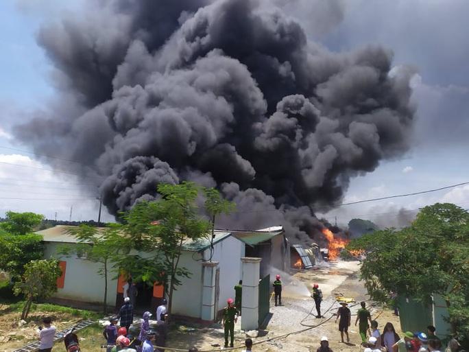 CLIP: Cháy lớn tại kho chứa hàng rộng 2.000 m2 dưới trời nắng chói chang - Ảnh 3.