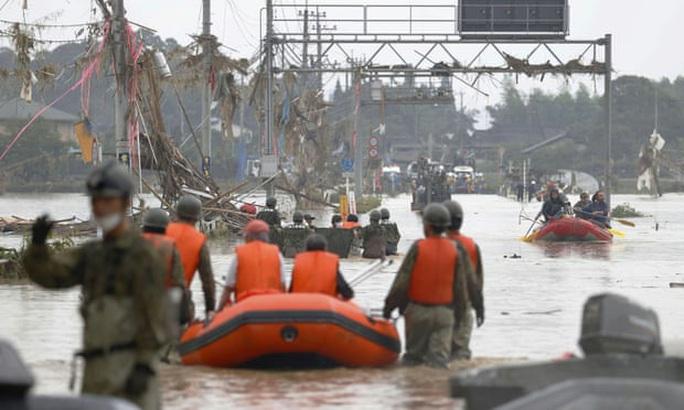 Trung Quốc: Mưa lớn xối xả, Vũ Hán mênh mông nước lụt - Ảnh 8.