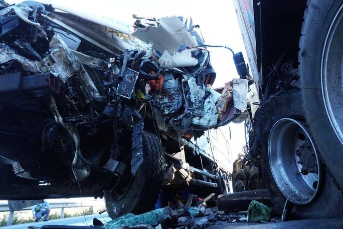 Đấu đầu với xe container, tài xế xe tải tử vong, phụ xe bị thương trong cabin dập nát - Ảnh 1.