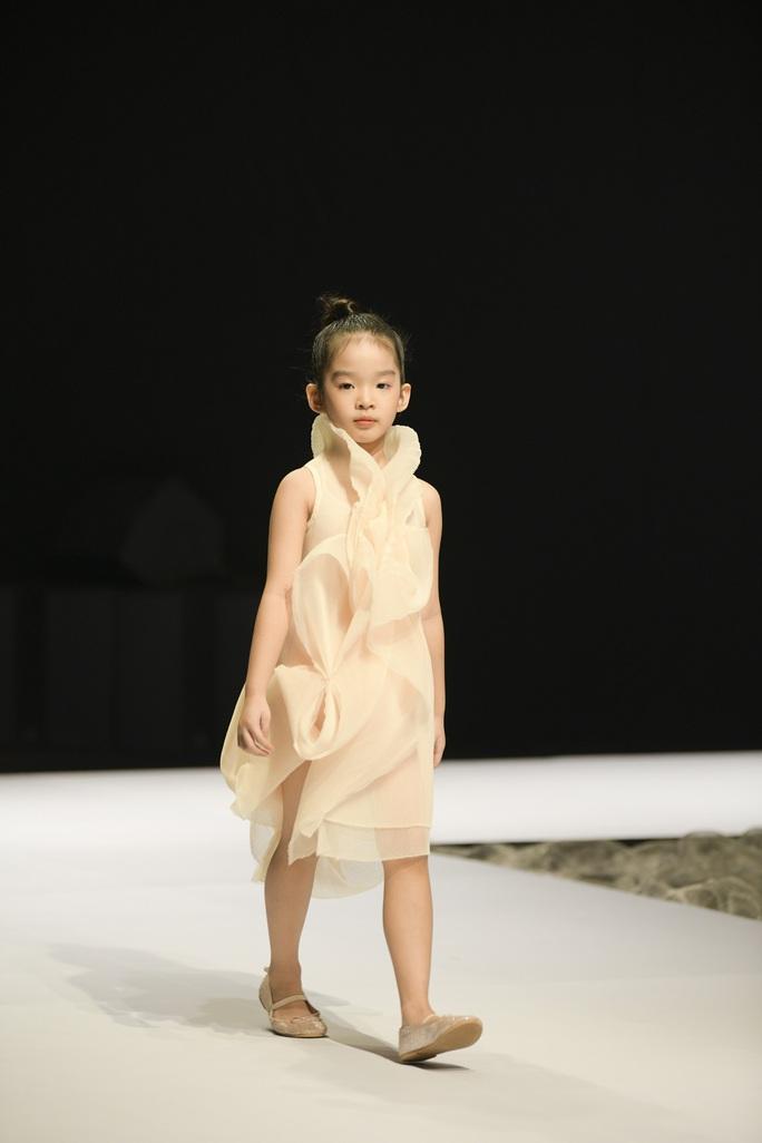 Gia đình siêu mẫu Xuân Lan nổi bật ở Tuần lễ thời trang trẻ em Việt Nam - Ảnh 2.