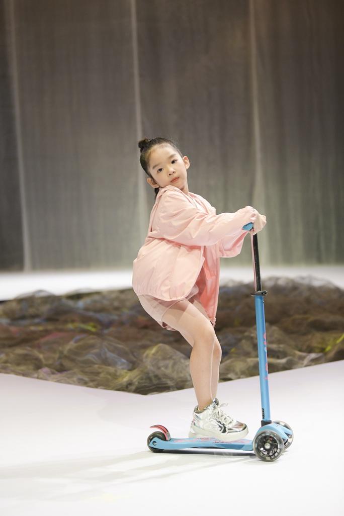 Gia đình siêu mẫu Xuân Lan nổi bật ở Tuần lễ thời trang trẻ em Việt Nam - Ảnh 3.