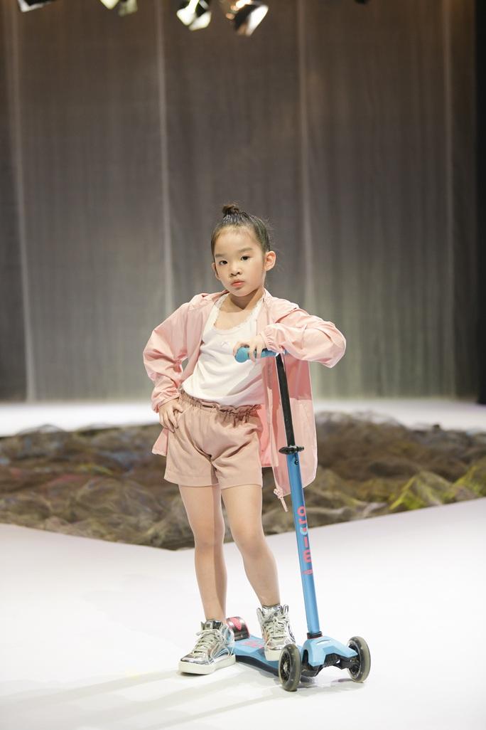 Gia đình siêu mẫu Xuân Lan nổi bật ở Tuần lễ thời trang trẻ em Việt Nam - Ảnh 1.