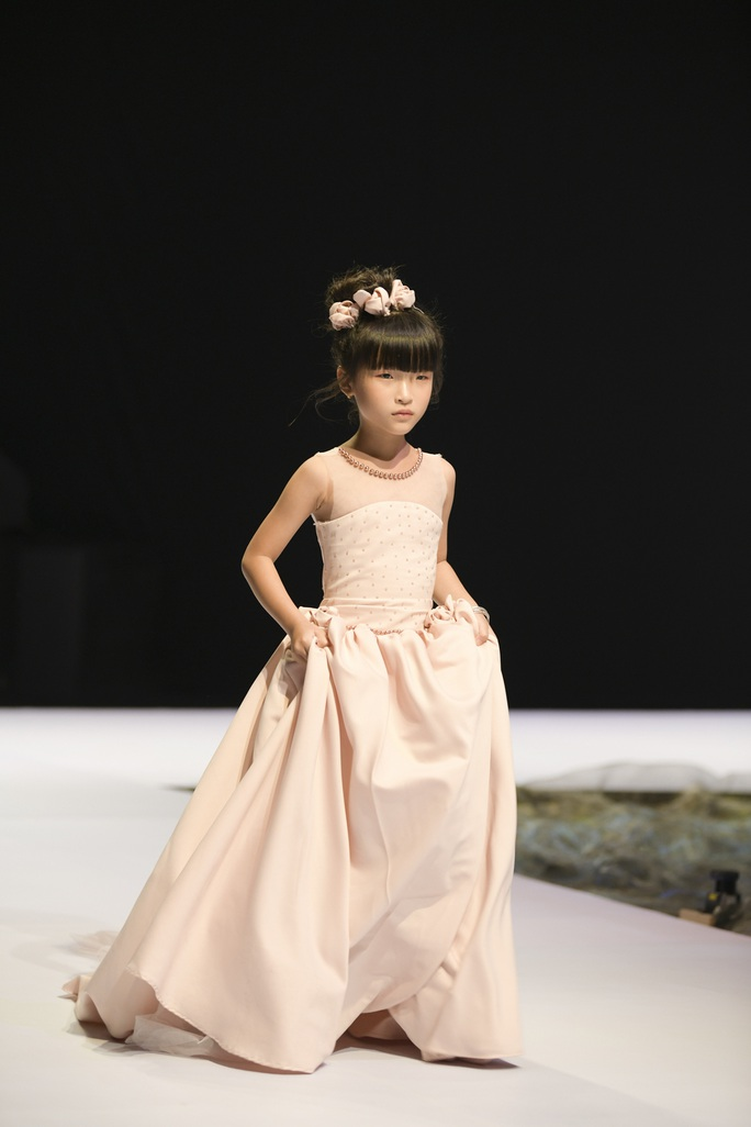 Gia đình siêu mẫu Xuân Lan nổi bật ở Tuần lễ thời trang trẻ em Việt Nam - Ảnh 7.