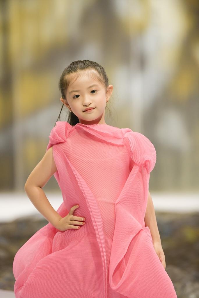 Gia đình siêu mẫu Xuân Lan nổi bật ở Tuần lễ thời trang trẻ em Việt Nam - Ảnh 8.