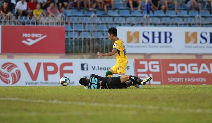 Bóng đá Việt Nam rất cần VAR sau tình huống tranh cãi về bàn thắng - Ảnh 2.