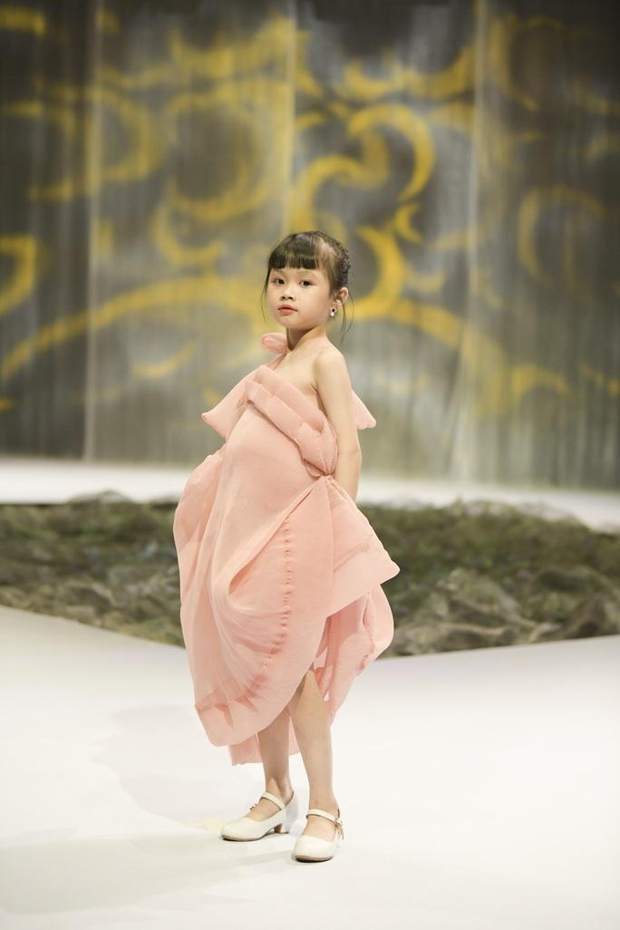Gia đình siêu mẫu Xuân Lan nổi bật ở Tuần lễ thời trang trẻ em Việt Nam - Ảnh 6.