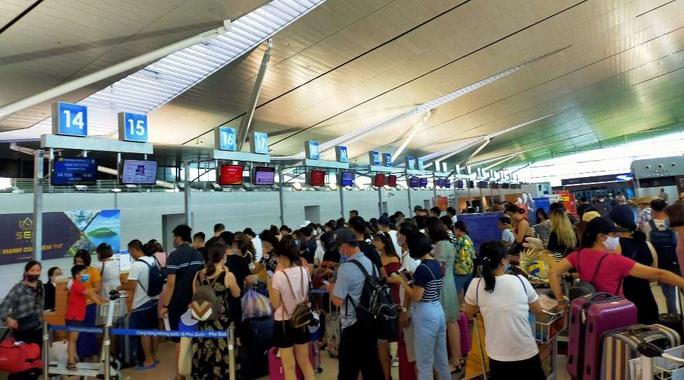 Hơn 240 người Việt từ Đài Loan về sân bay Tân Sơn Nhất - Ảnh 1.