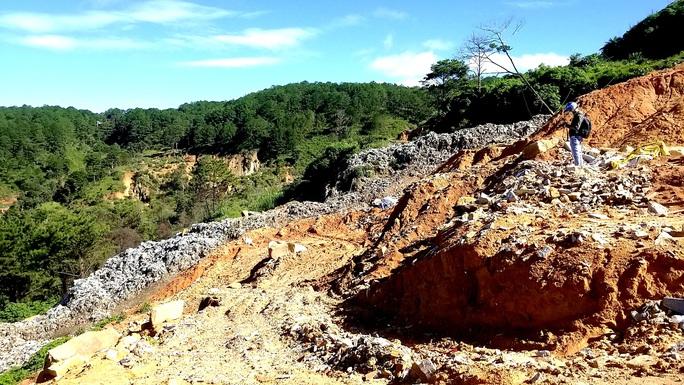 Núi rác Cam Ly Đà Lạt tiếp tục sạt lở, uy hiếp vườn người dân - Ảnh 5.