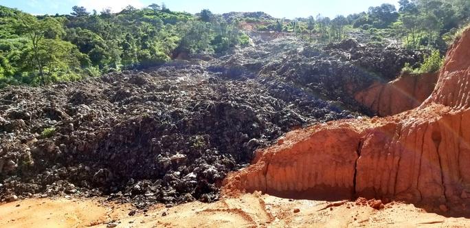 Núi rác Cam Ly Đà Lạt tiếp tục sạt lở, uy hiếp vườn người dân - Ảnh 4.