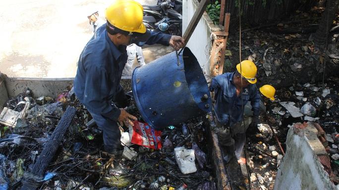 Một ngày theo chân công nhân vớt rác - Ảnh 1.