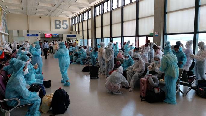 Hơn 240 người Việt từ Đài Loan về sân bay Tân Sơn Nhất - Ảnh 4.