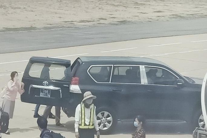 Phó bí thư Phú Yên nói gì về việc xe biển xanh đón tại chân cầu thang máy bay? - Ảnh 3.