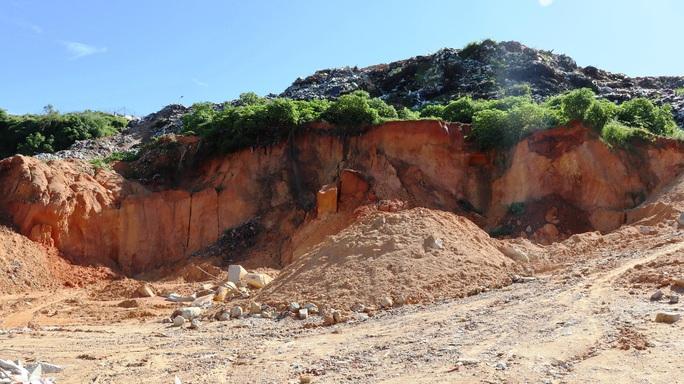 Núi rác Cam Ly Đà Lạt tiếp tục sạt lở, uy hiếp vườn người dân - Ảnh 12.