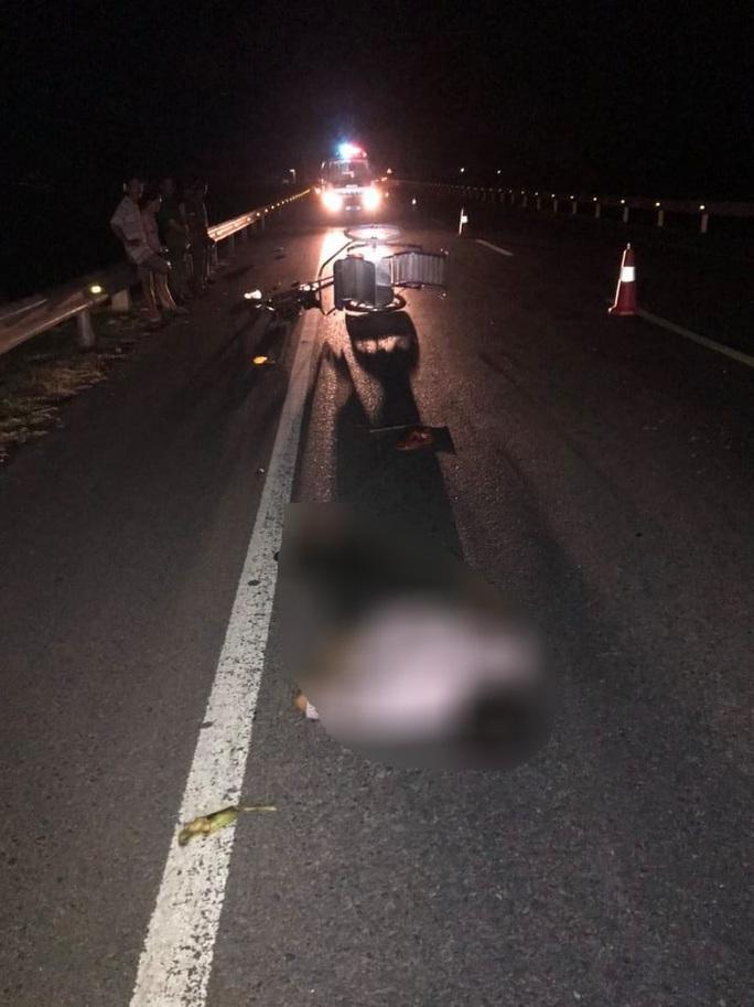 Truy tìm phương tiện tông chết người đàn ông lái xích lô lúc nửa đêm - Ảnh 1.