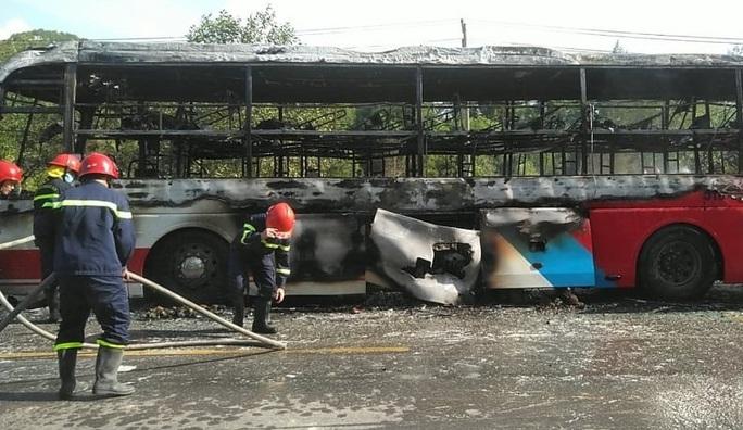 Xe khách chở 16 người bốc cháy dữ dội - Ảnh 1.