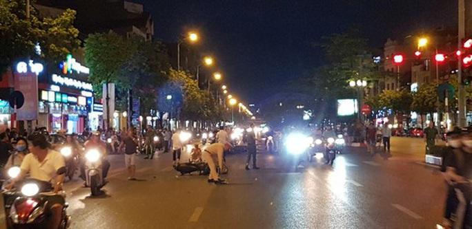 Tìm thấy ôtô húc văng 7 xe máy đang dừng đèn đỏ rồi bỏ chạy - Ảnh 2.