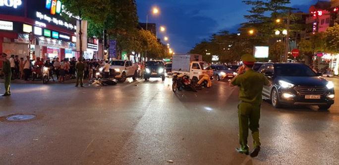 Tìm thấy ôtô húc văng 7 xe máy đang dừng đèn đỏ rồi bỏ chạy - Ảnh 3.