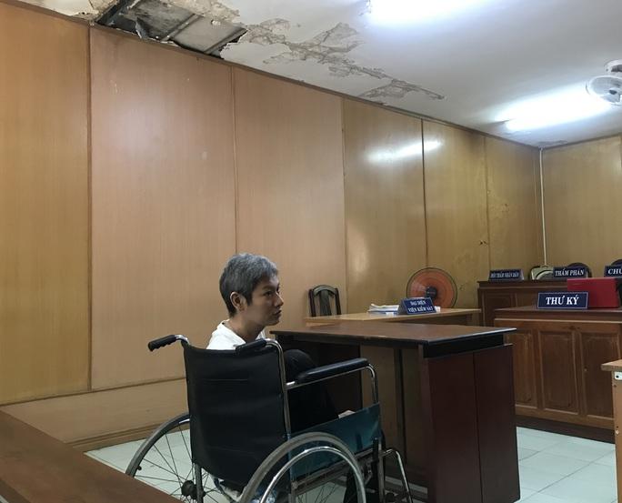 Đối tượng Trần Minh Tuấn sa lưới trong tình cảnh ngồi xe lăn - Ảnh 1.