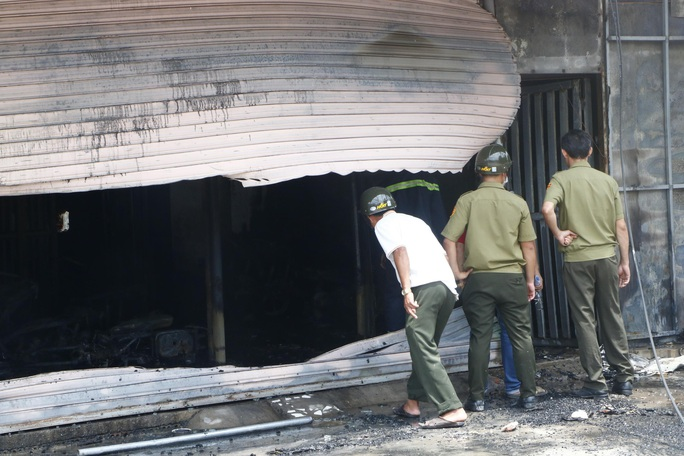 Cháy tiệm cầm đồ, khói bao trùm khu dân cư, ít nhất 3 người đã tử vong - Ảnh 2.