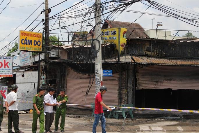 Cháy tiệm cầm đồ, khói bao trùm khu dân cư, ít nhất 3 người đã tử vong - Ảnh 1.