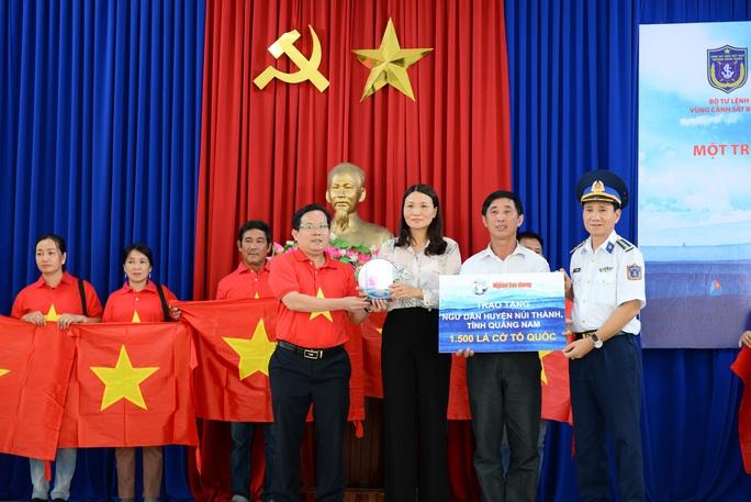 Ngư dân xứ Quảng hào hứng nhận cờ Tổ quốc từ Báo Người Lao Động - Ảnh 2.
