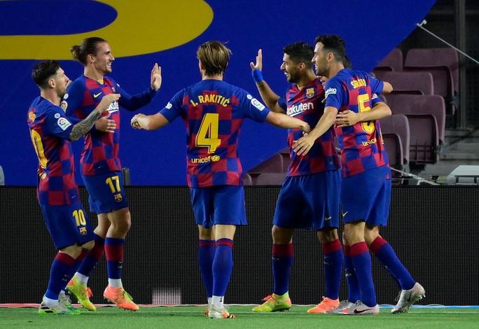 Thần đồng nhận thẻ đỏ ngỡ ngàng, Barcelona thắng chật vật derby Catalan - Ảnh 6.
