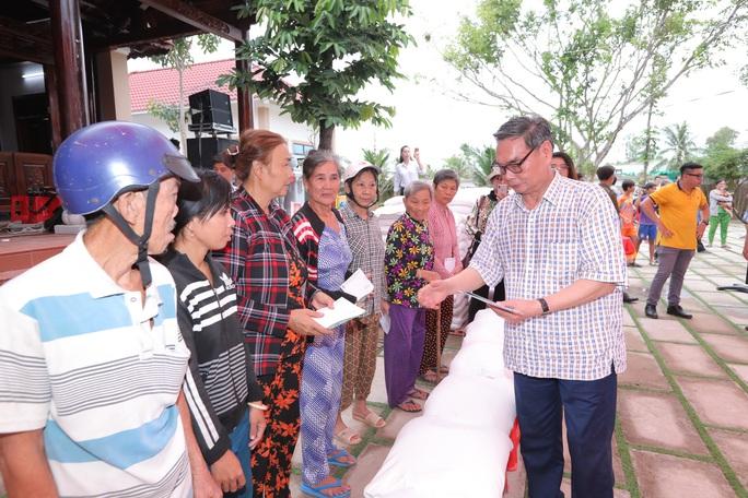 Đại tướng Lê Hồng Anh trao quà cho người nghèo vùng U Minh Thượng - Ảnh 2.