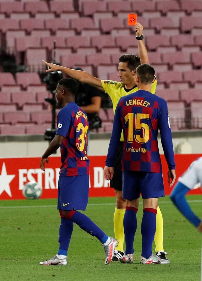 Thần đồng nhận thẻ đỏ ngỡ ngàng, Barcelona thắng chật vật derby Catalan - Ảnh 3.