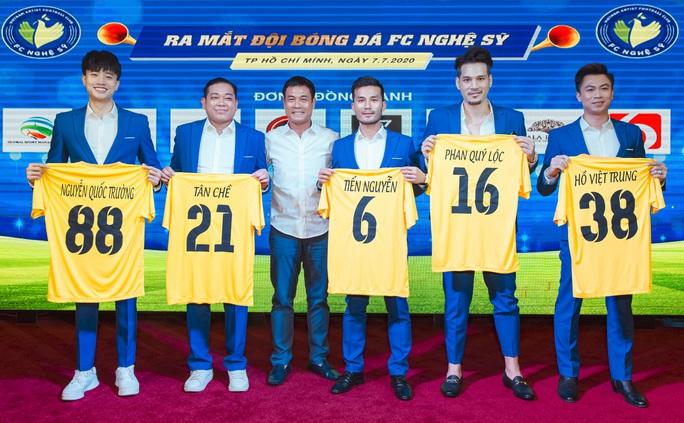 Đội bóng Nghệ sỹ được HLV Hữu Thắng, thủ môn Bùi Tấn Trường ủng hộ - Ảnh 1.