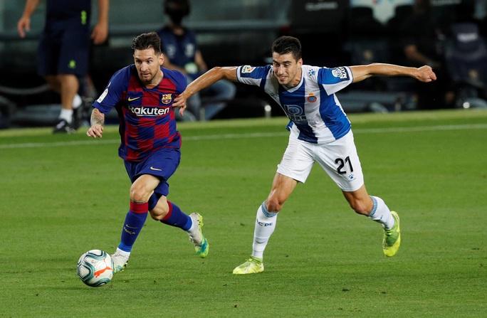 Thần đồng nhận thẻ đỏ ngỡ ngàng, Barcelona thắng chật vật derby Catalan - Ảnh 2.
