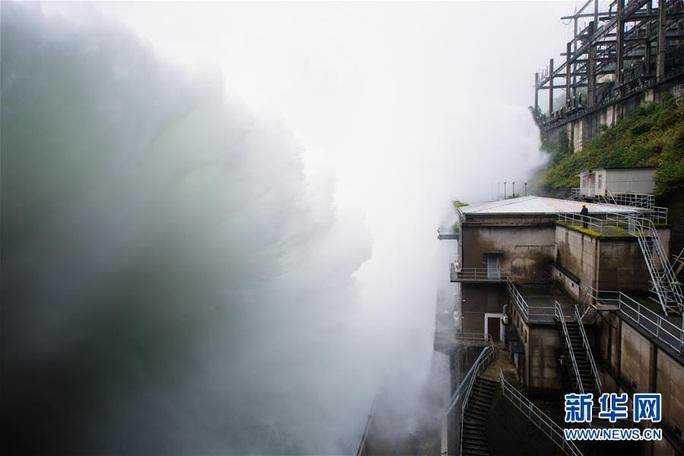 Hồ thủy điện lớn nhất miền Đông Trung Quốc mở 9 đập tràn xả lũ - Ảnh 1.