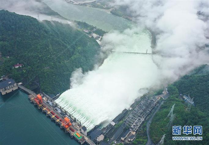 Hồ thủy điện lớn nhất miền Đông Trung Quốc mở 9 đập tràn xả lũ - Ảnh 2.