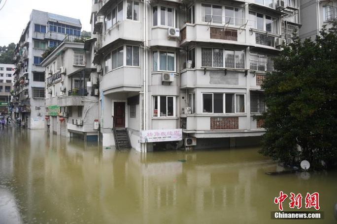 Hồ thủy điện lớn nhất miền Đông Trung Quốc mở 9 đập tràn xả lũ - Ảnh 4.