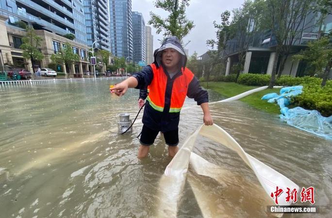 Hồ thủy điện lớn nhất miền Đông Trung Quốc mở 9 đập tràn xả lũ - Ảnh 5.