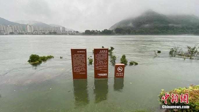 Hồ thủy điện lớn nhất miền Đông Trung Quốc mở 9 đập tràn xả lũ - Ảnh 6.