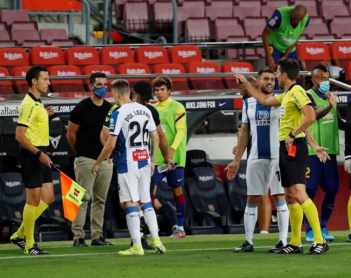 Thần đồng nhận thẻ đỏ ngỡ ngàng, Barcelona thắng chật vật derby Catalan - Ảnh 4.