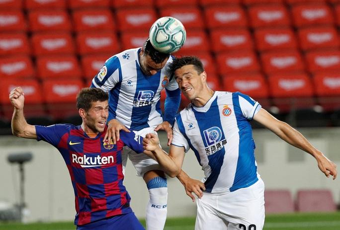Thần đồng nhận thẻ đỏ ngỡ ngàng, Barcelona thắng chật vật derby Catalan - Ảnh 1.