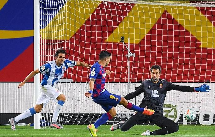 Thần đồng nhận thẻ đỏ ngỡ ngàng, Barcelona thắng chật vật derby Catalan - Ảnh 5.