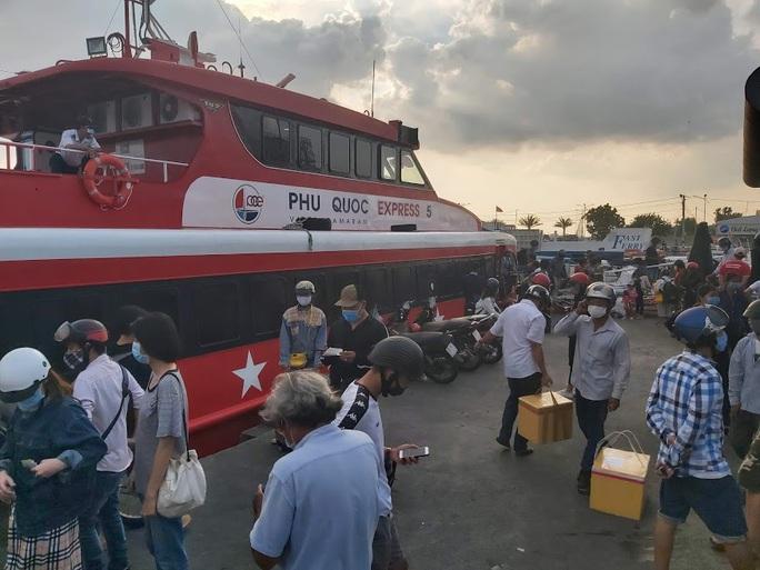 Ảnh hưởng mưa bão, tàu cao tốc ra vào Phú Quốc tạm ngưng hoạt động - Ảnh 1.